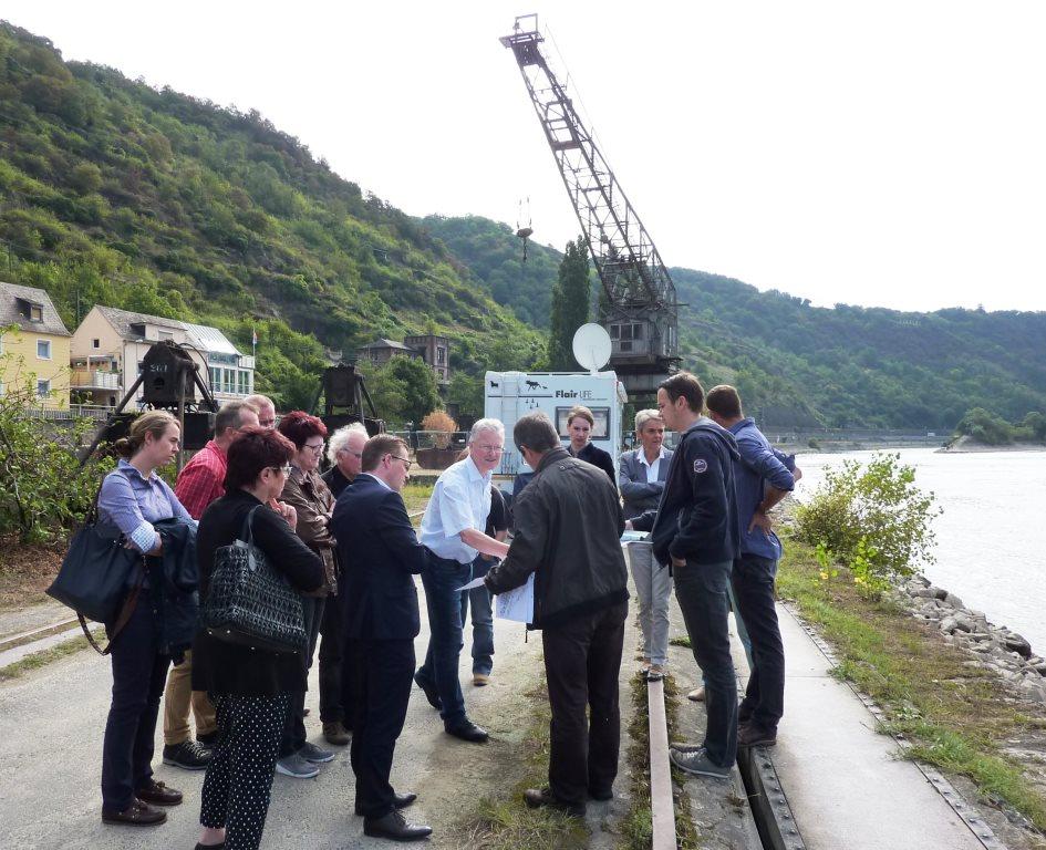 14 Personen am Rheinufer vor historischem Häusener Kran